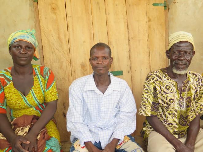 アテニさんの両親と祖父(右)