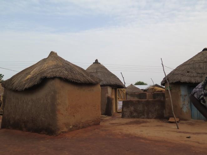 ガーナ北部の様子。茅葺屋根の住居が立ち並ぶ