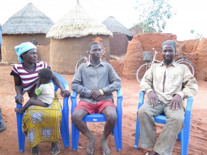 クワベナ君(中央)とその家族
