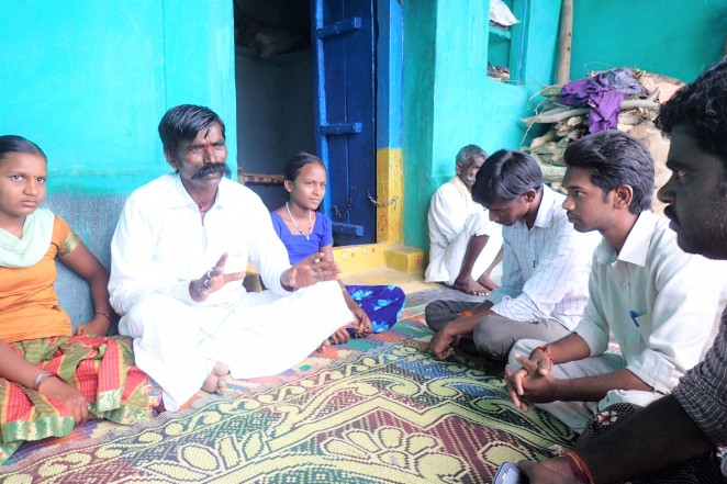 家族との話し合いを行う子ども権利保護フォーラムのメンバー(右3名)