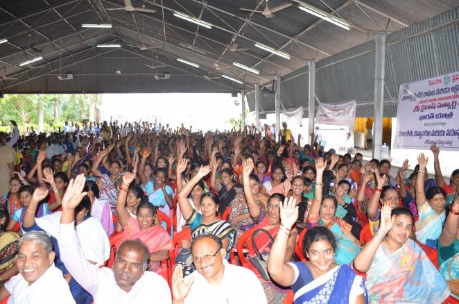 カイラシュさんの呼びかけに手を挙げて答えるガドワルの人々