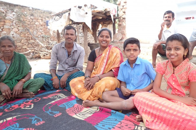 (左から)スワティさんの祖母、両親、シドゥさん、スワティさん