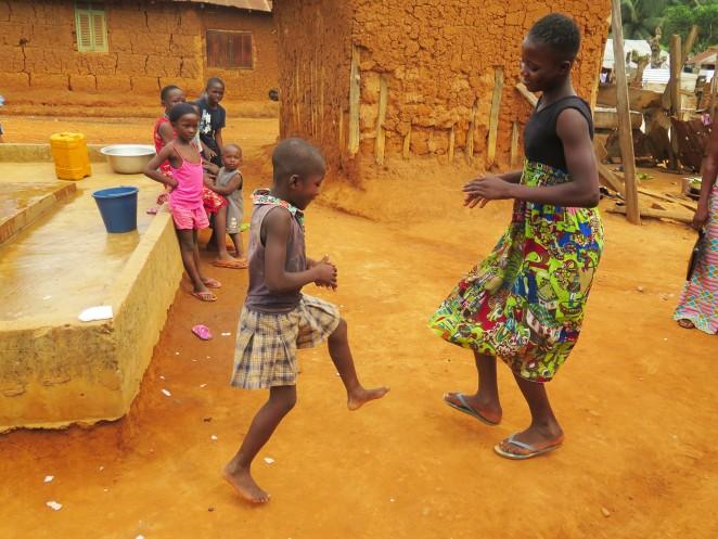 村の子どもたちと遊ぶジャネットさん