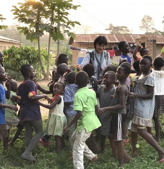 安田菜津紀さん(中央)と村の子どもたち