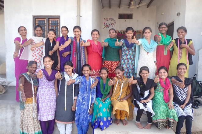 それぞれ自分たちで作った服を着る女の子たち