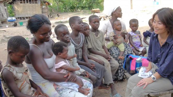 ガーナの村にて。ACE事務局長白木と村の人々