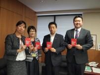 児童労働に反対する署名を塩崎厚生労働大臣に提出した際の様子