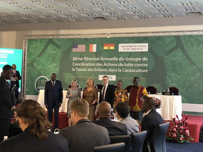 会議の主要メンバーである、コートジボワール政府、ガーナ政府、米国労働省、チョコレート・カカオ産業の代表者。左から3番目は会議のホストであるコートジボワールの大統領夫人。