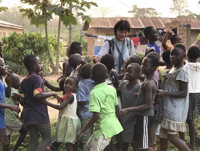 安田菜津紀さん(中央)とガーナACE支援地の村の子どもたち