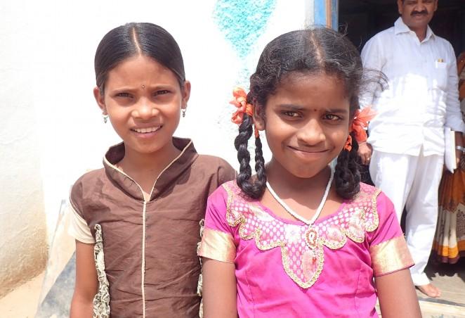 レヌカさん(左)と、学校に通うようになったレヌカさん(右)