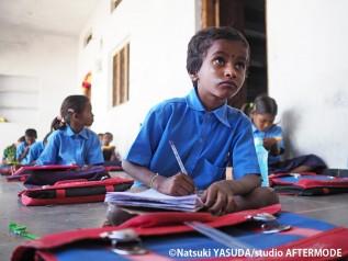 インドの子ども 学ぶ様子