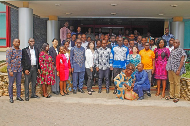 会議参加者の集合写真。右から4番目の青い服が白木。