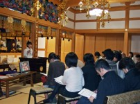 お寺の本堂にて報告会を開催