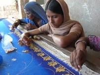 刺繍の職業訓練を受けている女性たち