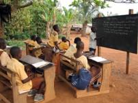 学校では教室が足りず屋外で授業を受けている生徒も