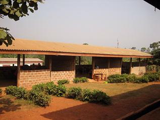 プロジェクトを通じて村人が協力して壁を完成させた校舎