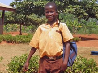 再会したエバンスくんは制服を着て元気に学校へ通っています