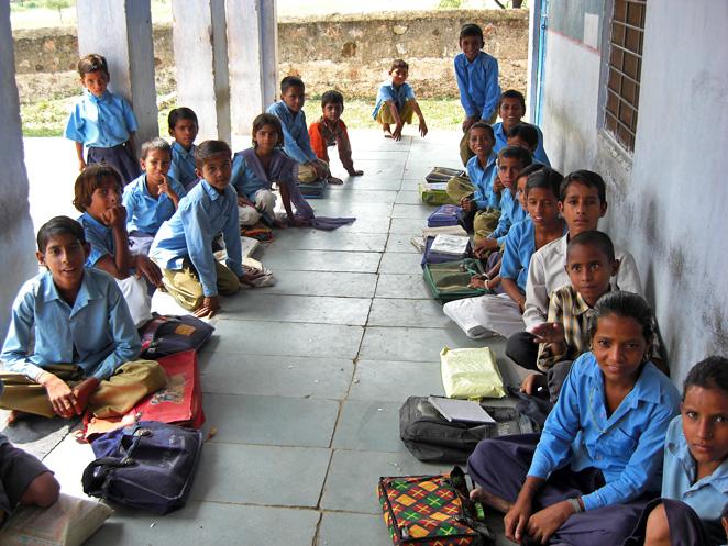 「子どもにやさしい村」プロジェクトの支援で学校へ行けるようになった子どもたち