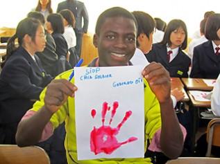 三重県の中学校を訪問し「子ども兵士反対」のレッドハンドに関する授業に参加