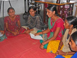 女の子たちが村や学校の問題について話し合っている様子
