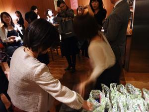 参加者全員にお土産としてトップバリューのフェアトレードウエハースチョコをプレゼント