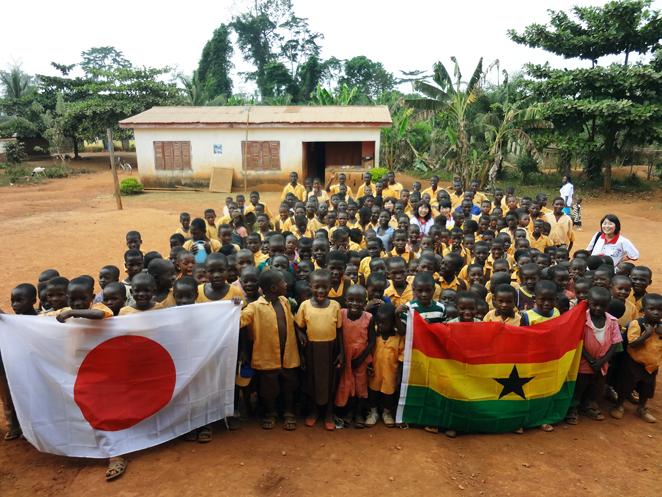 学校へ通えるようになった村の子どもたちと集合写真
