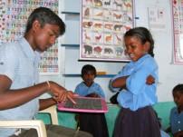 学校で授業を受けるインドの子どもたち