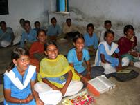 学校で勉強するインドの子どもたち