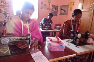 職業訓練センターで仕立て屋になるための訓練を受ける女の子たち