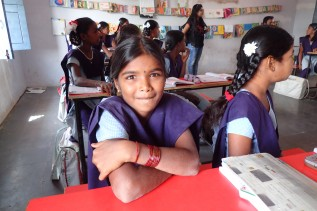 学校で勉強する女の子