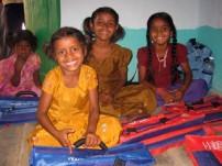 ACEの支援を通じて学用品の支給を受けたインドのコットン生産地域の子どもたち