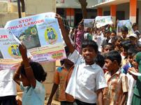 児童労働や教育に関する親や住民の意識を高めるためのキャンペーン