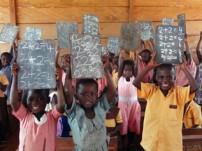 学校の教室で元気に授業を受けているガーナの子どもたち
