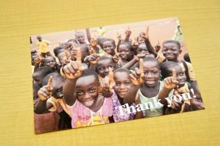 ポストカードにはガーナの子どもたちの写真が使われています
