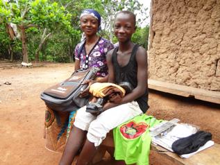 学校へ通えるように厳しい状況の家族へ学用品を支給