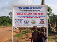 支援地域に建てられたスマイル・ガーナ プロジェクトの看板