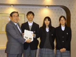 練馬区立開進第三中学校の生徒と森永製菓 矢田社長