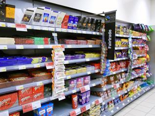 イギリスのスーパーマーケットのチョコレート売り場にはフェアトレードラベルのついた商品が並んでいます