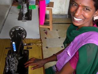 インドの女の子が刺繍したトートバッグ