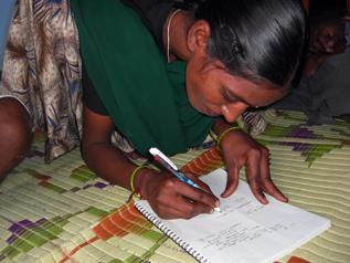 識字教育で勉強した自分の名前を書いてくれるバーギャラクシュミ
