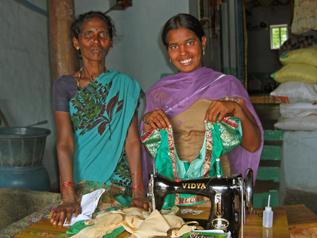 仕立て屋で注文を受けて作った服を見せてくれたデヴァマちゃん(インド)