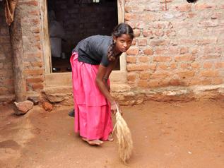 家事労働をしている様子-インド