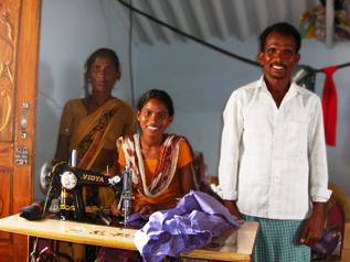 家で仕立て屋を始めたシャラダちゃんと両親
