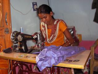 縫製作業をするシャラダちゃん