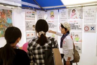 「児童労働をしている子ども」と「日本の子ども」の日常紹介パネル