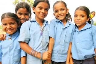 インド・コットン生産地域で、正規の学校への編入を支援するブリッジスクールに通う子どもたち