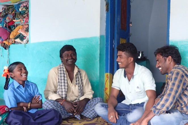 子ども権利保護フォーラムのメンバーと笑顔で話すレヌカさん