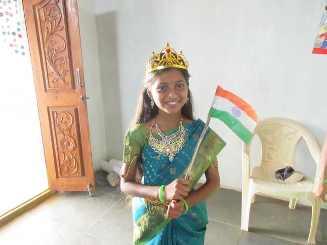 昨年のインド独立記念日を祝う行進で、ブリッジスクールの代表となり、おめかししたスワティさん