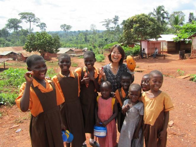 ガーナの村の子どもたちとACE事務局長の白木