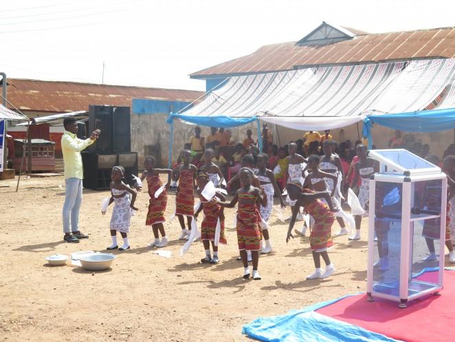 子どもたちによるダンスを披露